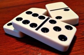 dominoes-1615744_640