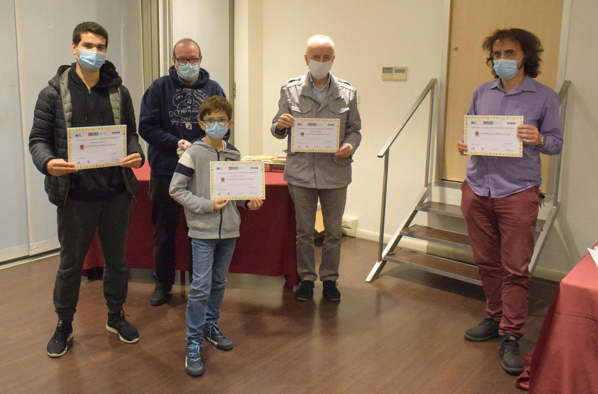 I campioni italiani di calcolo mentale 2020: da sx, Alberto Pola (Under 18), Cristiano D'Andrea (Under 14), Denis Turello (Senior) e Domenico Mancuso (Assoluto)